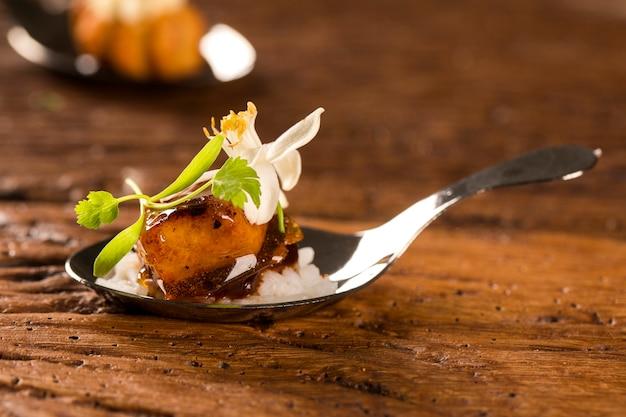 Porco caramelizado acompanhado de arroz de jasmim e curry vermelho à colher. prove petiscos gastronômicos