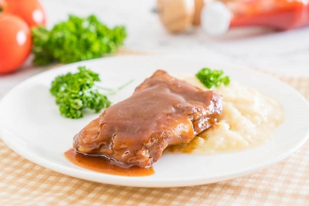 Porco costela grelhada com purê de batatas