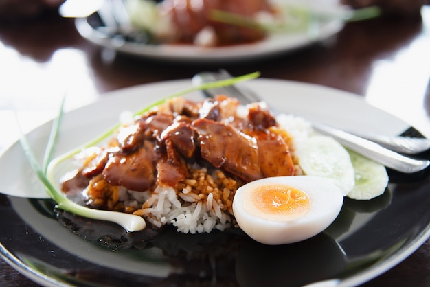 Porco e arroz vermelhos - receita famosa comida tailandesa