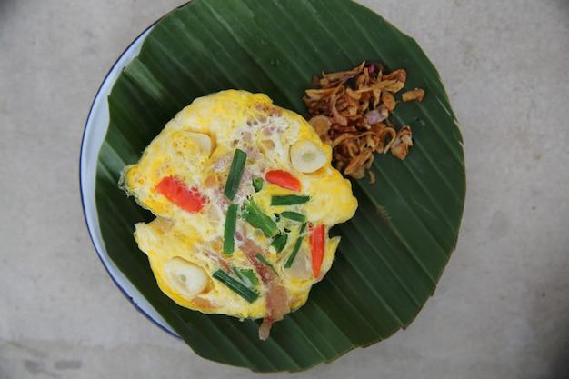 Porco fermentado com ovo no estilo norte tailandês