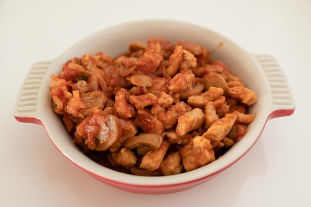 Porco frito com molho de tomate para macarrão.