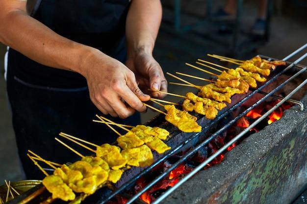 Porco sataytradicional tailandês