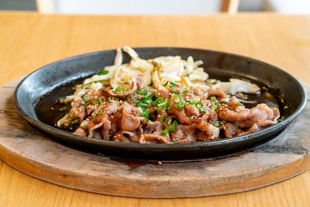 Porco teriyaki na frigideira quente com repolho - comida japonesa