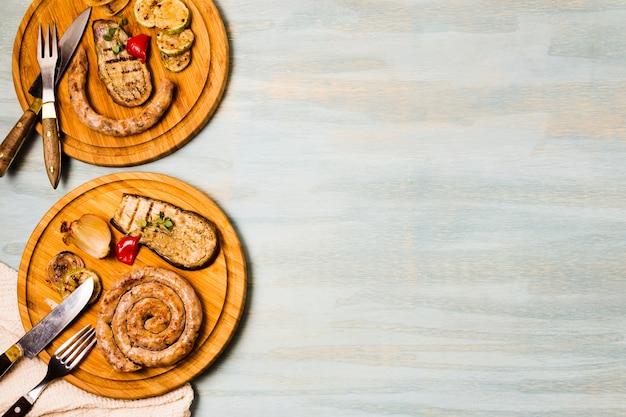 Porções apetitosas de salsichas espirais grelhadas decoradas