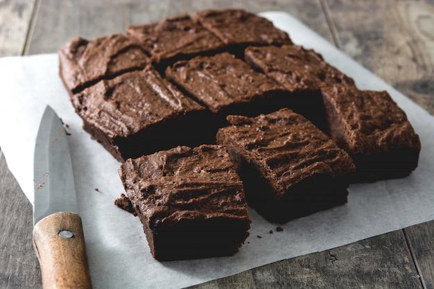 Porções de brownie de chocolate na madeira
