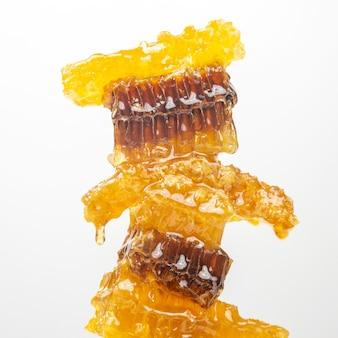 Porções de favo de mel fresco em um fundo branco. alimento natural da vitamina. produto de trabalho de abelha