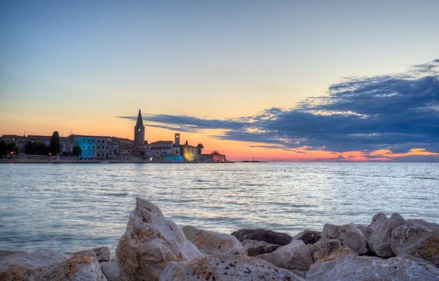 Porec skyline e mar ao pôr do sol