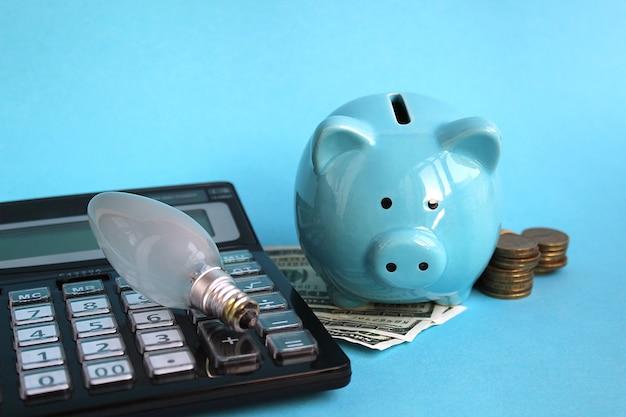 Porquinho de cofrinho com calculadora de dinheiro e luz buld