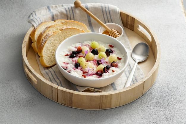 Porrige de arroz de café da manhã com mel e melão, frutas