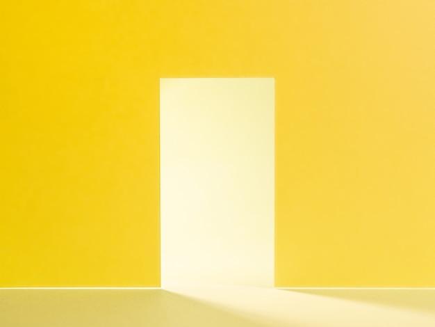 Porta aberta com parede amarelo claro brilhante