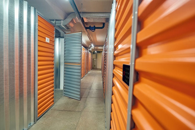 Porta aberta em caixas de armazenamento modernas em armazém