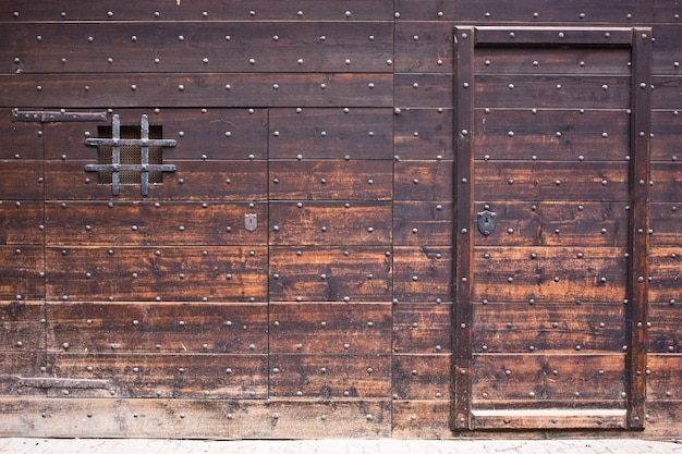Porta antiga de madeira, castelo italiano perto de torino, ainda original