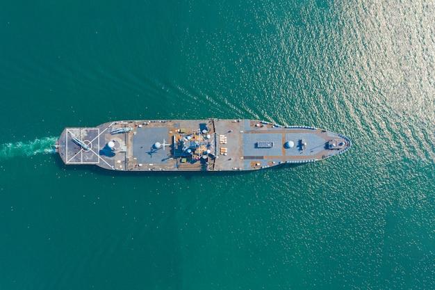 Porta-aviões da marinha no mar aberto vista aérea do navio de guerra, transporte marítimo militar, helicóptero de resgate militar da marinha a bordo do convés do navio de guerra