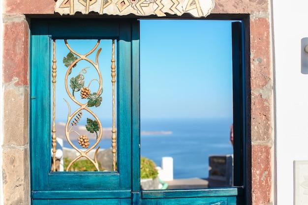 Porta azul típica com escadas. ilha de santorini, grécia