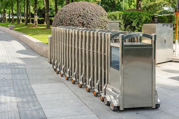 Porta barreira automática em aço inoxidável ou barreira dobrável para proteção no tráfego externo que bloqueia a estrada.