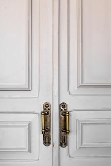 Porta branca moderna com maçaneta cromada novo design retro limpo