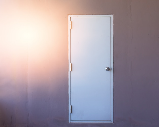 Porta branca no fundo da parede,