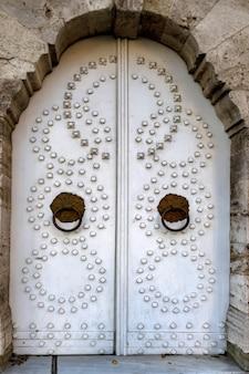 Porta branca vintage velha com círculos em istambul