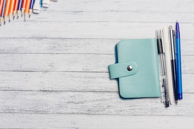 Porta-cartões de visita e lápis de canetas em uma mesa de madeira finanças de escritório