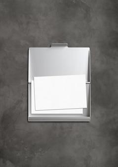 Porta-cartões metálico fechado isolado no concreto