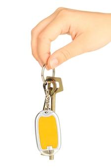 Porta-chaves com as chaves da casa na mão em branco