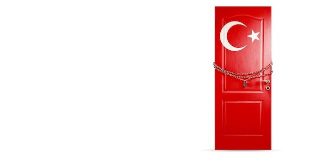 Porta colorida com a bandeira da turquia, travando com corrente. bloqueio de países durante o coronavírus,