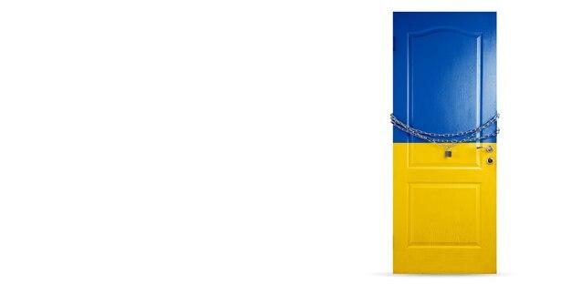 Porta colorida na bandeira nacional da ucrânia, travando com corrente. bloqueio de países durante o coronavírus, disseminação de covid. conceito de medicina e saúde. epidemia mundial, quarentena. copyspace.