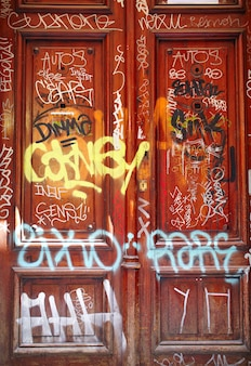 Porta com graffiti