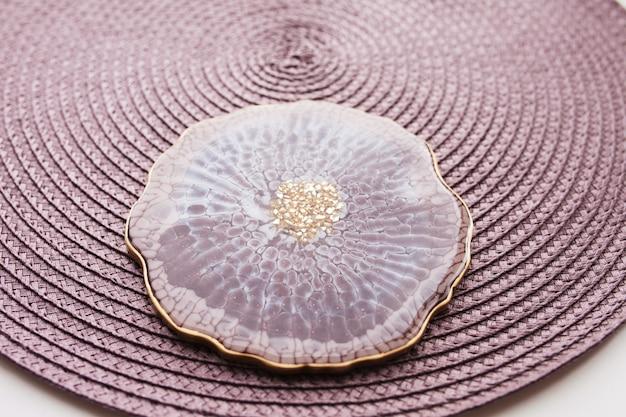 Porta-copos, bandeja em resina epóxi, lapidação em pedra marinha. manchas de tinta marrom e cinza, detalhes dourados. assunto para configuração de mesa. brilho, reflexão. base para copos de resina epóxi. decoração de casa