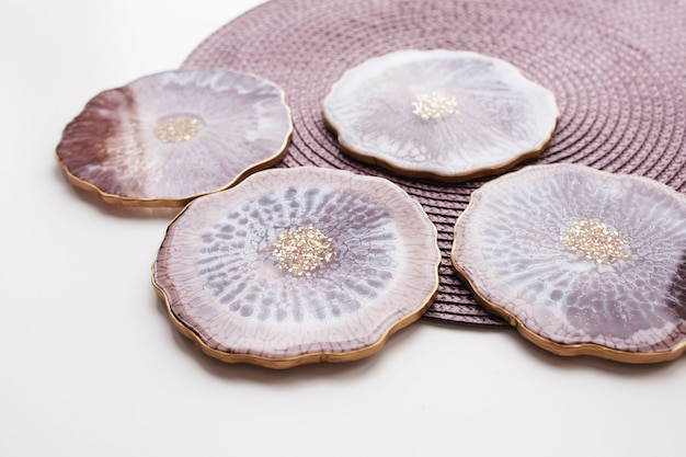 Porta-copos, bandeja em resina epóxi, lapidação em pedra marinha.