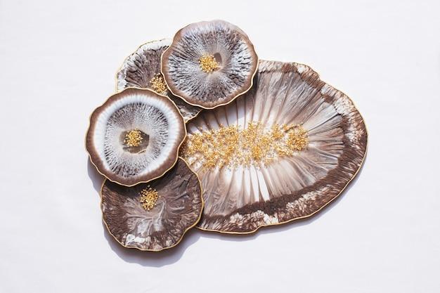 Porta-copos, bandeja em resina epóxi, lapidação em pedra marinha. Foto Premium