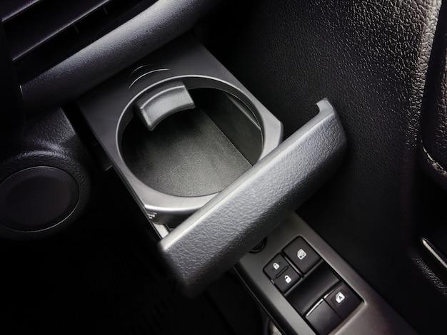 Porta-copos no carro com um cadeado.
