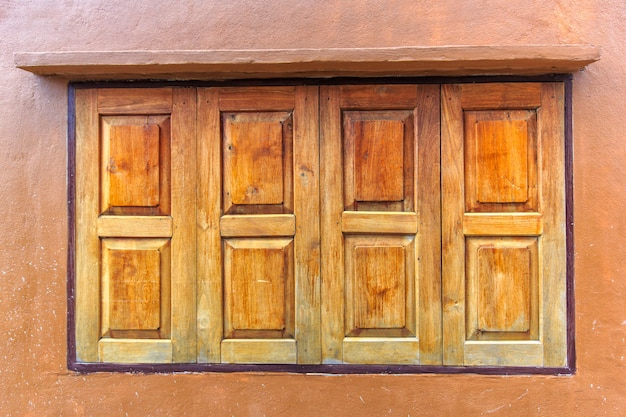 Porta da casa de madeira velha, estilo tradicional de tailândia