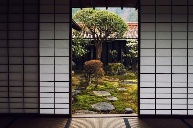 Porta da casa japonesa e belo jardim