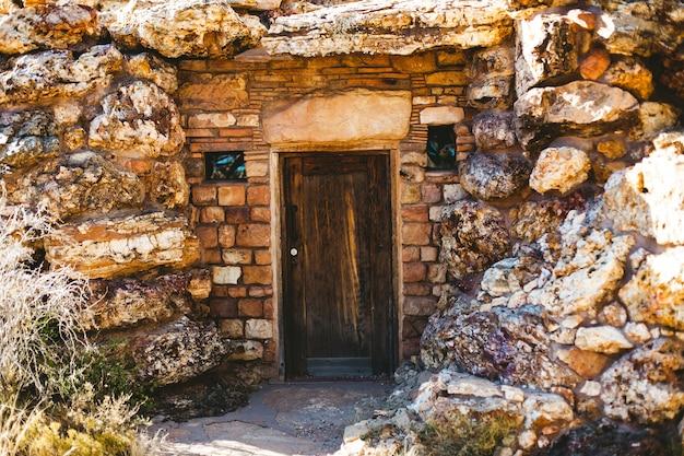 Porta da frente antiga no edifício mary colter do parque nacional do grand canyon