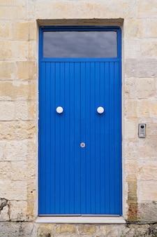 Porta da frente colorida azul na entrada da casa autêntica velha