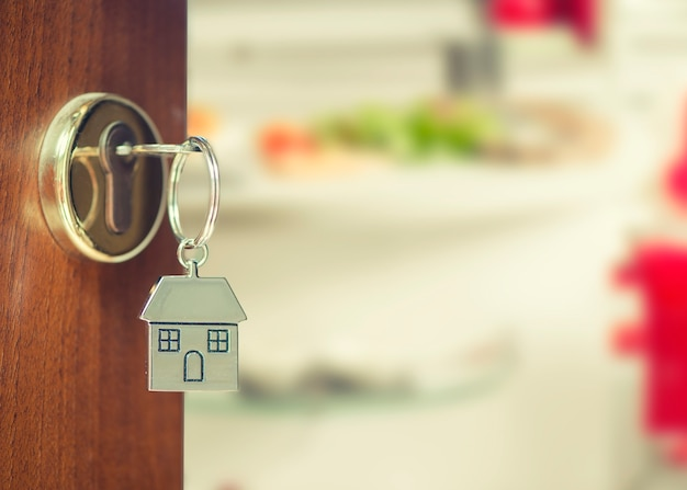 Porta da frente com chaves da casa com visão interna