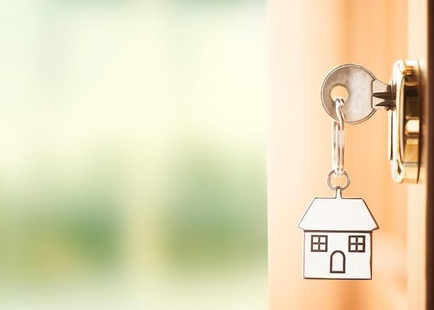 Porta da frente com chaves da casa e visão externa