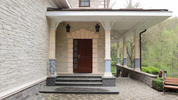 Porta da frente de madeira para uma grande e elegante casa particular