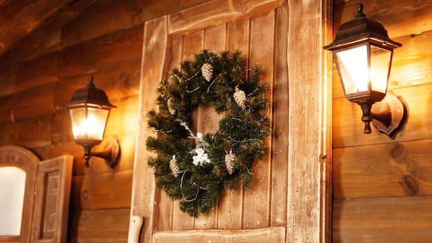 Porta da frente decorada para os feriados. cabana de fada de madeira para o natal