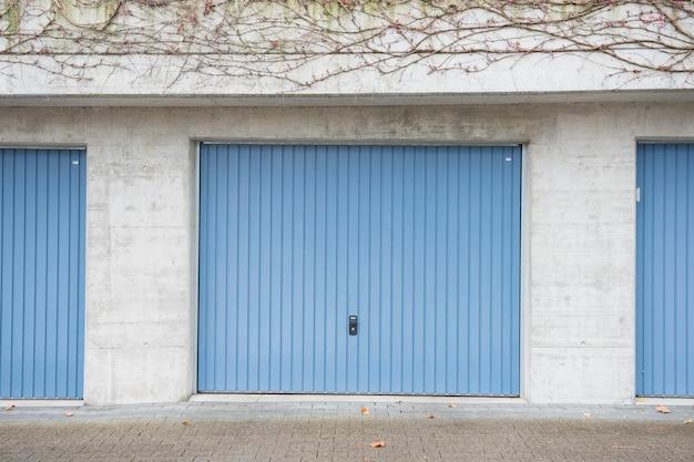Porta da garagem azul
