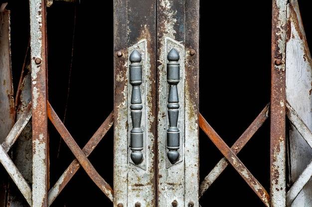 Porta de aço de slide antigo enferrujado