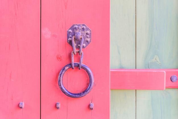 Porta de alça de metal antiga