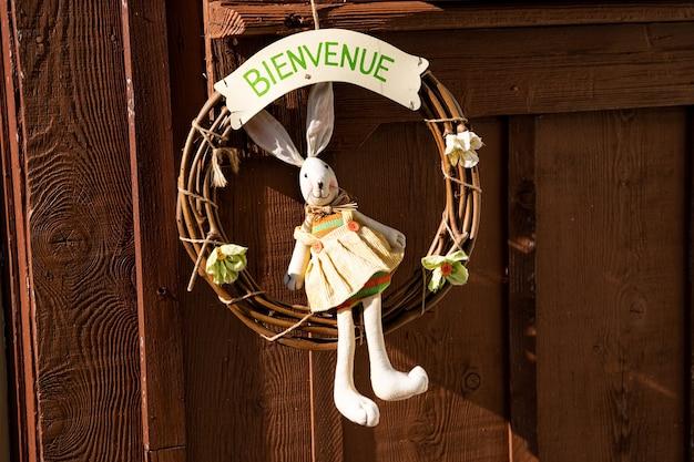 Porta de boas-vindas da coroa do coelhinho da páscoa
