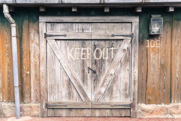 Porta de celeiro de madeira velha