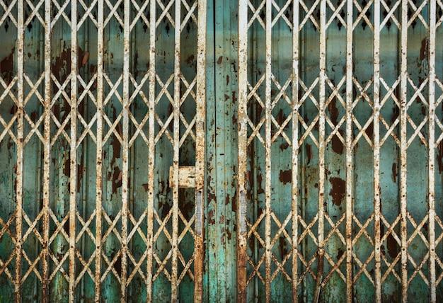 Porta de corrediça de metal antiga suja e enferrujada