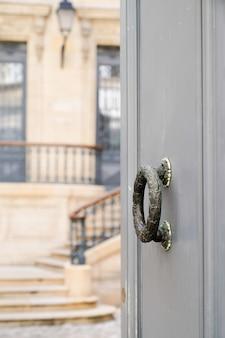 Porta de entrada e aldrava da bela casa de luxo francesa do centro da cidade
