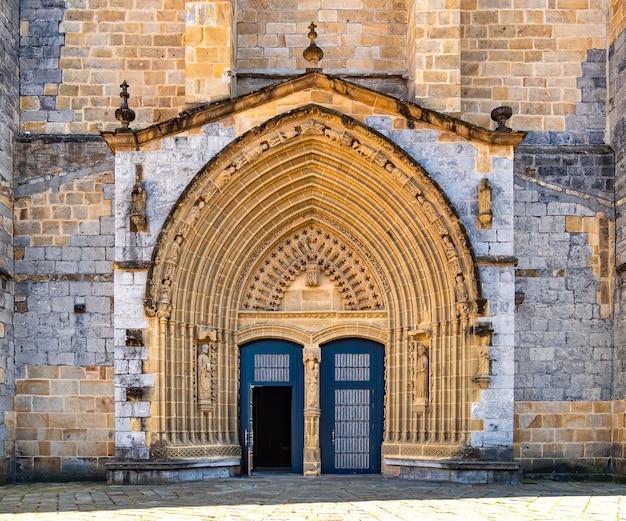 Porta de entrada e fachada principal da antiga igreja de pedra de andra maria em guernica, país basco, espanha