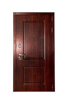 Porta de entrada frontal fechada de madeira ou metal marrom para saída em fundo branco isolado. fundos para sua criatividade. conceito de portas trancadas para design de apartamento ou escritório. copie o espaço para o site