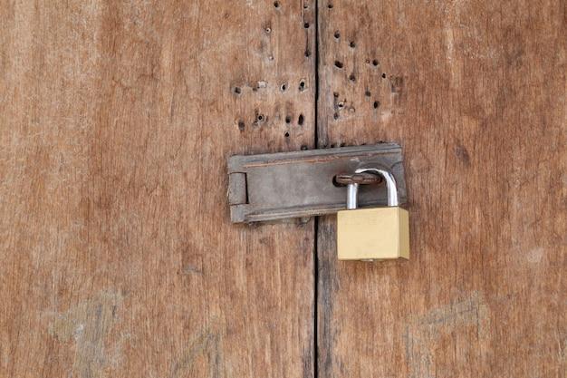Porta de fechamento do cadeado na porta de madeira velha.